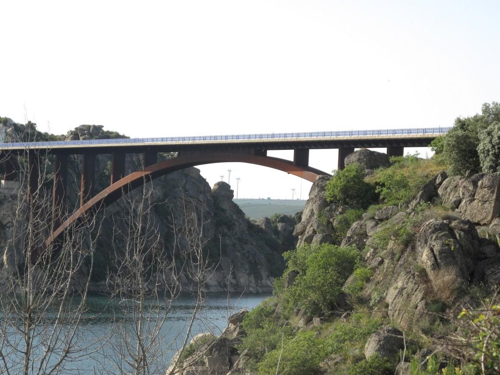 Puente sobre el embalse de Ricobayo (Zamora)