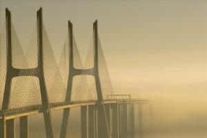 Puente Vasco de Gama hacia la niebla