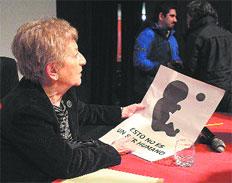 Teresa De Lauretis opina sobre el aborto durante una conferencia en la Universidad Austral de Chile.