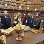 Estudiantes y profesores en la visita a la Biblioteca General Histórica